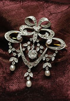 Belle Epoque natural pearl and diamond pendant / brooch, France, natural pearls, diamonds, platinum, 18k gold, 4.1 × 4.1cm, 12g