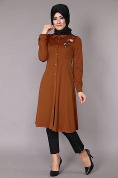 Önü Nakışlı Düğmeli Tunik Ürün Kodu > ZRD1194 Tarçın Abaya Fashion, Muslim Fashion, Fashion Dresses, Modele Hijab, Kawaii Clothes, African Wear, Hijab Outfit, Lovely Dresses, Blouse Designs