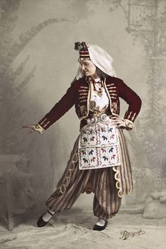 Turkish girl Traditional Fashion, Traditional Outfits, Fashion Design Sketches, The Dunes, Issey Miyake, Fashion History, Costume Design, Kaftan, Hipster