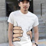 camiseta mano sujetándote
