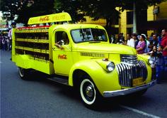 Los autos antiguos calientan motores en la #FeriadeCali #OrgullodeCali #CaliCo #Cali