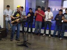Interpretación del tema Cualquier Lugar, por parte de Vladimir Villatoro, músico creativo de AudioLab Studios, ante el equipo de EBclosion.