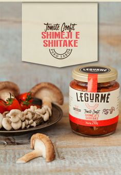 Os cogumelos e o shoyu dão um toque oriental ao tomate e trazem muita textura a saladas e massas. Tomate italiano, cogumelo shimeji, cogumelo shiitake, azeite de oliva extra virgem, shoyo light, vinagre de vinho branco, sal marinho e especiarias.