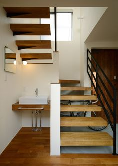 Love this staircase for a small space Interior Architecture, Interior And Exterior, Interior Design, House Stairs, House Entrance, Staircase Design, Fashion Room, Architect Design, House Plans