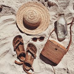 BEACH ESSENTIALS Straw hat and rattan bag