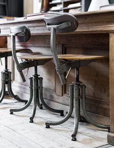 Woontheater: oude bureaustoel