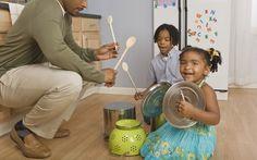Que tal montar uma banda com as tampas e panelas da cozinha? Mas a barulheira tem que ser permitida!. Foto: Getty Images