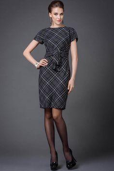 Великолепное платье из шерстяной ткани с цельнокроеным рукавом