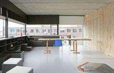 Boekenplank systeem stalen dragers met strakke witte for Design agency amsterdam