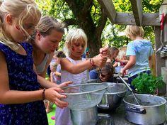 Wij zijn écht uuuuuren zoet in de modderkeuken, helemaal met kruidenplantjes!