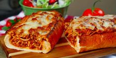 beef sausage This easy, baked spaghetti stuffed garlic bread makes a great family dinner! Crisp garlic bread stuffed with homemade, cheesy spaghetti made with a beef and sausage meat sau Pate Spaghetti, Spaghetti Bread, Cheesy Baked Spaghetti, Spaghetti Meat Sauce, Beef Recipes, Cooking Recipes, Italian Recipes, Beef Meals, Jello Recipes
