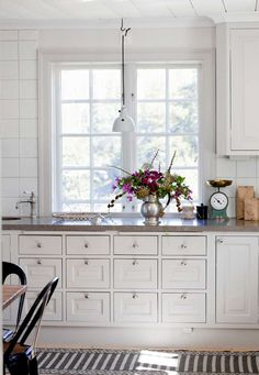 Traditional country kitchens are a design option that is often referred to as being timeless. Over the years, many people have found a traditional country kitchen design is just what they desire so they feel more at home in their kitchen. Kitchen Interior, New Kitchen, Kitchen Decor, Kitchen White, Kitchen Ideas, Decorating Kitchen, Summer Kitchen, Decorating Ideas, Decor Ideas