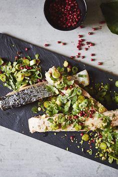 In Öl gegarter Lachs mit Mandeln. Der perfekte Fisch für die Osterzeit und insbesondere Karfreitag.