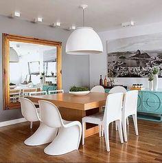 Espelhos grandes são perfeitos para ampliar ambientes. Mas ele não precisa revestir toda a parede. Uma solução mais econômica é usá-lo como se fosse um grande quadro. Você pode até investir em uma moldura. Projeto da In House (Foto: Edu Castello/Casa e Jardim) @inhousedesigners #espelhogrande #decorarcomespelhos #sala #salapequena