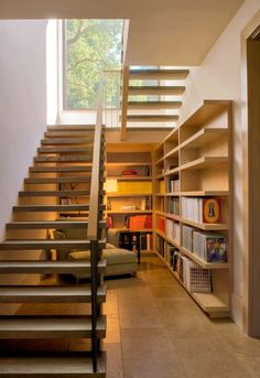 Most people dream of a big house with two or more floors. SelengkapnyaTop 10 Unique Modern Staircase Design Ideas for Your Dream House Space Under Stairs, Open Stairs, Under Staircase Ideas, Bed Under Stairs, Floating Stairs, Modern Staircase, Staircase Design, Staircase Decoration, Stair Design