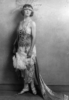 Vintage Fashion All kinds of ornately detailed early evening wear glamour - (Photo by Hulton Archive/Getty Images) 20s Fashion, Fashion History, Art Deco Fashion, Retro Fashion, Vintage Fashion, Flapper Fashion, Victorian Fashion, 1920s Evening Dress, Evening Dresses