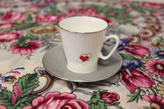 Espresso kopp från den ryska imperialistiska porslinsmanufakturen. Sjalen som den står på från Pavlovo Posad.