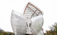My personal impressions of the Fondation Louis Vuitton, a guide on why you should not miss it the next time you visit Paris and the hard facts just for you. Fondation Louis Vuitton, Frank Gehry, Brunettes, Fashion Beauty, Fair Grounds, Around The Worlds, Paris, Viajes, Nice Asses