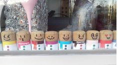 bouchons champagne, vitrine Epernay, Epernay, bouchon bonhomme, recyclage bouchons, bonhomme de neige bouchon, Epernay, Decoration Vitrine, Display Cases, Wine Corks, Snowman, Recycling, Home Made, Projects, Bricolage