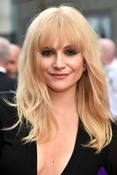 At the Olivier Awards in London, Pixie Lott debuted her new 'do. Keeping in line with this season's '70's obsession, the singer kept things boho with longer bangs and layered hair. It's a hit with us!