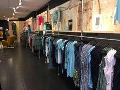 Inrichting kledingwinkel met steigerbuizen en buiskoppelingen. Kledingrekken en stellingen. industrieel