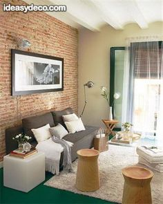 Living con paredes de ladrillo a la vista