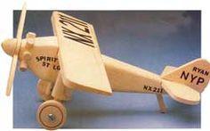 esta replica é do avião que Charles Lindbergh, primeiro homem a atravessar o oceano a bordo de uma aeronave em um artigo traduzível:       h...
