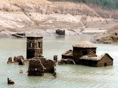 Fabbriche di Careggine. Il paese sommerso- Lago di Vagli (Lucca) Most Beautiful Beaches, Beautiful Places, The Places Youll Go, Places To See, Lucca Italy, Sunken City, Pompeii Italy, Underwater City, Picture Places