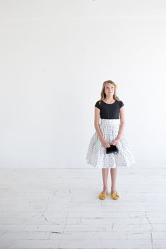 When Skies are Grey Skirt Tutorial - Simple Simon and Company Sewing Projects For Beginners, Sewing Tutorials, Sewing Crafts, Clothing Patterns, Dress Patterns, Skirt Tutorial, Gray Skirt, Sewing Basics, Learn To Sew