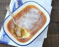 """Her kommer superdesserten over alle superdesserter – herligheten lages kjapt ifood processor og stekes i en og samme form, likevel ender du opp med en frisk, søt og nydelig dessert med en søtsyrlig sitronsaus i bunnen. Med andre ord en """"2-i-1"""" dessert som i tillegg lager lite oppvask. Den lemon curd-aktige sausen lager seg selv … Dessert Cake Recipes, Pudding Desserts, Norwegian Food, Norwegian Recipes, No Bake Treats, Lemon Curd, Sweet Cakes, Frisk, Sweet Recipes"""