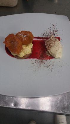 Crumble con gelato alla vaniglia bourbon, pesche caramellate e crema allo zabaione