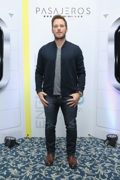 Chris Pratt shows the best outfits that every guy looks good in and should have in his closet this fall. Star Lord, Chris Pratt Passengers, Actor Chris Pratt, Beard Suit, Mens Fashion Wear, Male Fashion, Abercrombie Men, Normal Guys, Evolution Of Fashion