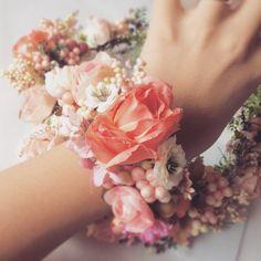 ピンクのリストブーケ^ ^ リストブーケだけでも販売しているので、ブライズメイドとおそろいにしても素敵♡  #mekku #wedding #bridal #headdress #headaccessory #headpieces #花嫁ヘア  #花嫁準備 #結婚式準備 #ウェディング #ウェディングアクセサリー #プレ花嫁 #ヘッドドレス #ヘッドアクセ #ブライダル #結婚式 #リストブーケ #リストレット