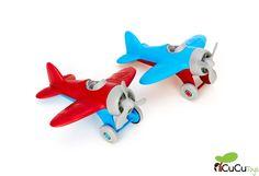 Los pilotos más ecológicos del parque con este avión fabricado con botellas de leche recicladas.