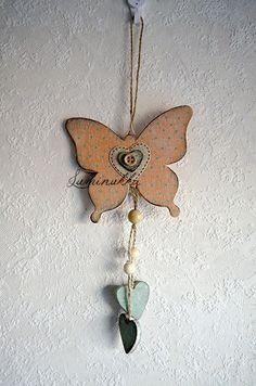 Persikkaisen värinen puinen, pilkullinen perhonen. Söpö koriste esimerkiksi lastenhuoneeseen, kokonaispituus 30 cm // Peachy pink wooden butterfly with dots, looks cute in a nursery for example, total length 30 cm