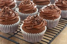 These chocolate muffins make for an ideal dessert platter or even for a sweet tooth snack. Add chocolate shavings on top for the ultimate chocolate dessert treat. Cupcakes Oreo, Yummy Cupcakes, Cupcake Cakes, Orange Cupcakes, Chocolate Muffins, Chocolate Cupcakes, Chocolate Desserts, Homemade Chocolate, Vegan Chocolate