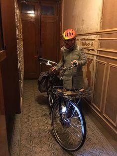 Le Model T de Momentum Electrique est un vélo à assistance électrique qui vous permettra, en plus de vous déplacer avec aise, de transporter vos bagages facilement. Vous pourrez même ajouter un panier qui pourra contenir 25kg facilement sur cet espace bagage ! #ModelT #MomentumElectric #VAE