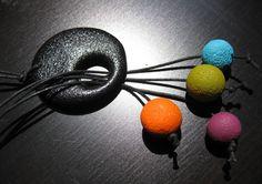 Un peu de couleurs qui pendouillent sur un simple pendentif noir texturé...