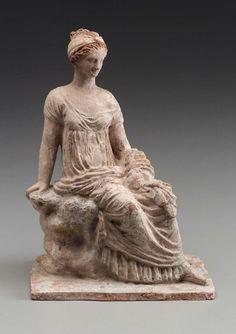 Mujer de terracota sentado sobre una roca, hecho en Tanagra, Grecia, siglo 3.