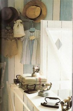 Ana Rosa - gorgeous display of old irons in Laundry Room Shabby Chic Vintage, Shabby Look, Vintage Decor, Vintage Items, Antique Iron, Vintage Iron, What A Nice Day, Provence Style, Vintage Laundry