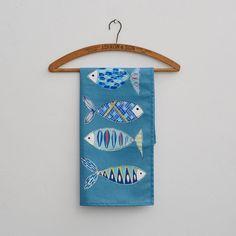 Eine schöne, qualitativ hochwertige Geschirrtuch, mit bezaubernden Illustrationen von Fischen. Gibt es bei Etsy.