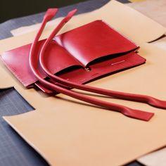 赤×白(生成り)のトートバッグ 今日も引き続きKさんのトートバッグ弐型制作です。完成したパーツ類を一旦置いといて、本体の一枚革をカットします。 今までパーツは赤でしたが、本体は生成りになります。栃木レザーの生成りのヌメ革をカットします。かなり大きな革に