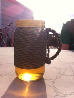 Paracord mason jar with handle Paracord Tutorial, Paracord Knots, Paracord Bracelets, Paracord Ideas, Mason Jar Crafts, Mason Jar Diy, Diy Craft Projects, Diy Crafts, Mason Jars With Handles