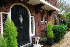 Prachtig gelegen aan de Teylingerhorstlaan staat een riante halfvrijstaande villa. Een comfortabel, romantisch familiehuis met veel privacy en sfeer wat bijzonder efficiënt is ingedeeld. Met onder andere zeven royale kamers, gelegen op de eerste en ...