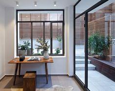 דירה חדשה בתוך בניין היסטורי בלב תל אביב מכילה בתוכה לא מעט ניגודים: היא מעוצבת בסגנון מודרני אך ספוגה בזיכרונות עבר, נכנסים אליה ישירות מהרחוב אך גם דרך מעלית, והיא לגמרי אורבנית ובכל זאת נושבת בה רוח פרברית