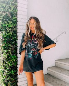 is to wear your oversized T-shirt as a dress :) . Black Dress Outfits, Casual Outfits, Cute Outfits, Fashion Outfits, Tshirt Dress Outfit, Fashionable Outfits, Outfit Jeans, Sarah Betts, Estilo Retro