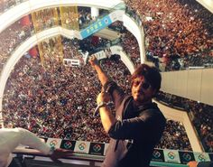 Shah Rukh Khan was recently in Pune, and needless to say, people were a ~little~ excited to see him. | Everybody Couldn't Stop Talking About This Woman In SRK's Pune Selfie, So We Found Her