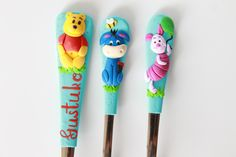 Winnie the pooh. Polymer Clay Animals, Polymer Clay Canes, Polymer Clay Miniatures, Polymer Clay Jewelry, Polymer Project, Clay Mugs, Polymers, Clay Tutorials, Clay Charms