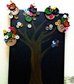 Arbol pintado sobre lienzo con botones pegados