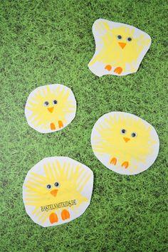 Ostern basteln mit Kindern. Küken basteln und stempeln mit einer Gabel. Basteln für Kinder und Kleinkinder